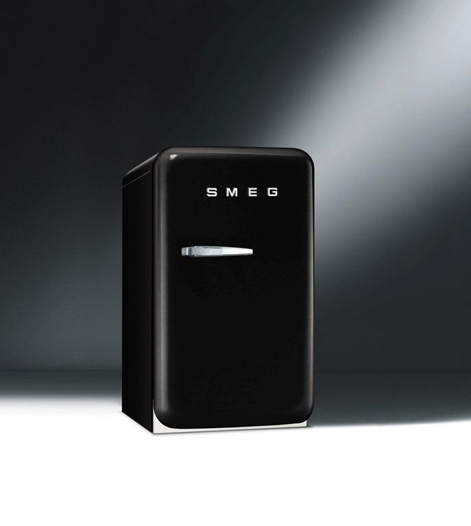 smeg komt met kleine versie fab koelkast in het aassortiment witgoedsupport onderdelen. Black Bedroom Furniture Sets. Home Design Ideas